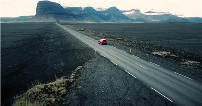 行驶在美丽山野道路的汽车