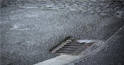 下雨天湿滑街道路面排水坑疏通雨水排放防洪水高清视频实拍