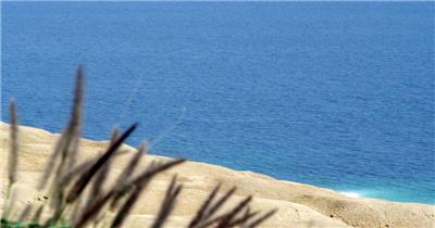 唯美蓝蓝海滩小草烘托场景变焦俯视拍摄沙滩风格高清视频实拍