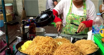 路边小摊店主炒杂菜米粉加入调料烹饪过程工作记录高清视频拍摄
