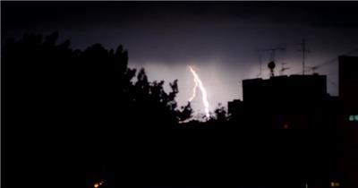 乌云雷电闪烁闪电染亮天空暴风雨前夕大自然现象高清视频实拍
