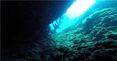 神秘深海礁石珊瑚潜水员潜水观光海底景色风光高清视频实拍