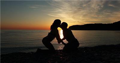 夕阳下的海边素材      coupleontheshoreofthesea 视频素材下载