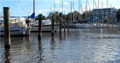 阳光明媚休闲假日海岸小船停泊镜头人文地理风景高清视频拍摄