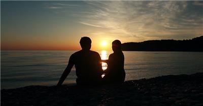 日落时分坐在海边的恋人素材   romanticcoupleatsunset 视频素材下载