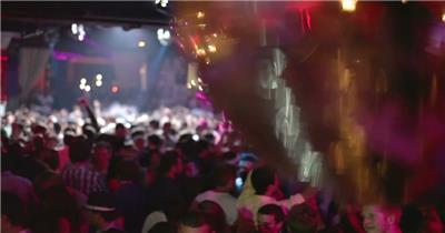 欢乐射灯圆球视觉下人们开心跳舞音乐会灯光闪烁高清视频实拍