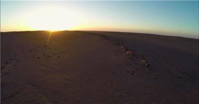 浩瀚戈壁震撼山脉阳光照射景色野生动物荒漠高清视频航拍