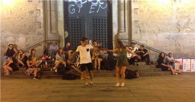 人们街道弹奏吉他吹响萨克斯乐器欢快舞动人物生活高清视频实拍
