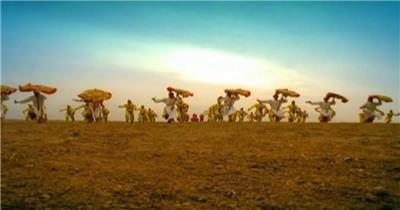 喜庆日子千人打鼓手舞足蹈庆祝节日鼓手敲打大鼓高清视频实拍