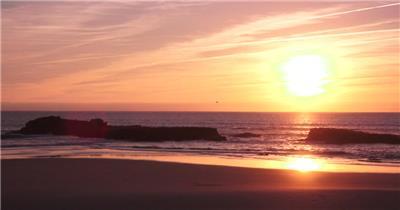 日落黄昏天空金光灿烂沙滩海水拍打岩石沙滩海景风光高清视频实拍