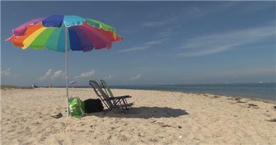 五颜六色海滩伞椅子阳光照射海景晒太阳沙滩海景高清视频实拍