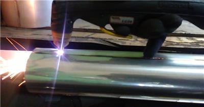工人切割机器火光四射切割不锈钢工作记录高清视频实拍