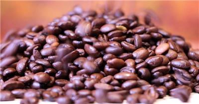 烘培后表面油亮棕色咖啡豆倒进桌面散落滑动特写高清视频实拍