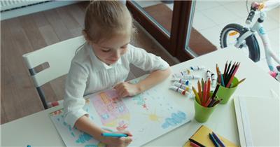 儿童开心绘画露出天真笑容实拍高清视频素材