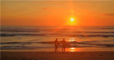 冲浪者在森赖斯海滩散步 Surfers Walk Down Beach at Sunrise 高清视频全集_batchStoc Video高清视频素材下载 led视频背景 led下载