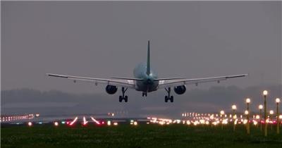 傍晚飞机降落全过程灯光跑道飞机减速成功降落高清视频实拍