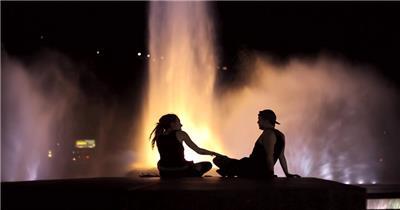 唯美浪漫夜景情侣喷泉前开心聊天交谈场景高清视频实拍
