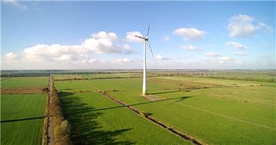 农作地大型白色电力发动风车匀速转动机械运作镜头高清视频实拍