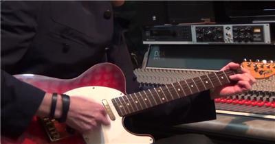 专业吉他手熟练弹奏吉他琴弦轻快跳动镜头高清视频实拍