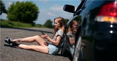 美女坏汽车做在道路上打电话求救无信号高清视频实拍