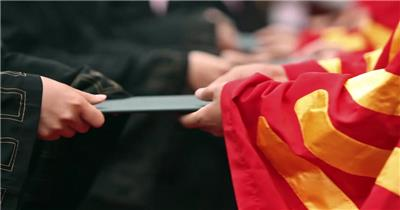 毕业典礼航拍学生毕业扔学士帽大学校园实拍视频