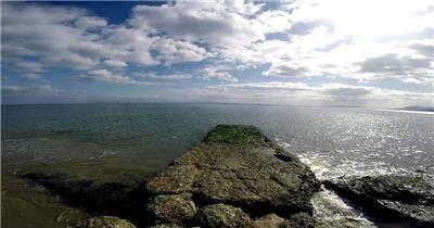 蓝天白云一望无际大海汹涌波浪海水拍打岩石海景高清视频实拍