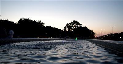 傍晚公园景色喷泉灯饰结合动感节奏变化高清视频实拍