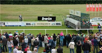 热闹人群赛马场上马匹选手开展激烈紧张骑马竞技高清视频实拍