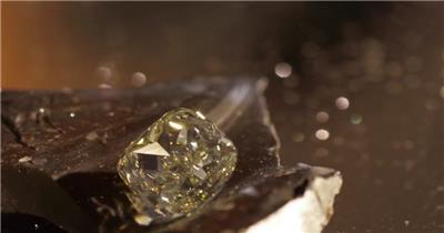 璀璨钻石晶莹剔透旋转镜头运动光斑朦胧机械齿轮高清视频拍摄