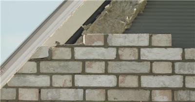 建筑工人烈日下切砖认真工作建筑工程师高清视频实拍