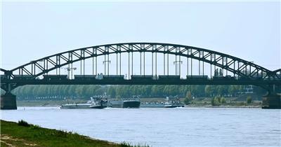 火车驶过运输大桥河中轮船行驶城市交通运输高清视频实拍