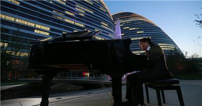 独特视觉效果水景喷泉音乐家弹钢琴萨克斯管喷泉表演高清视频实拍