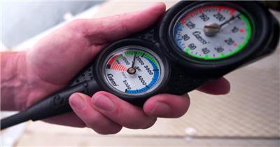 潜水员水下工作潜水气压表测量计量仪器设备镜头特写高清视频实拍