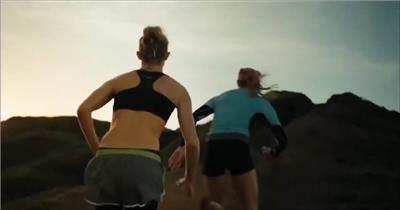 高清实拍视频素材奔跑着运动员激情日出户外运动跑步打球篮球登山爬山脚步未来奔跑冲刺帽子眼神向往衣服